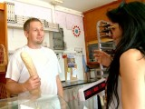 Vidéo porno mobile : The brunette likes the big baguette of the baker